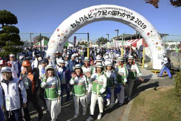 「ねんりんピック紀の国わかやま2019」の開会式の会場に向かう選手ら=9日午前、和歌山市
