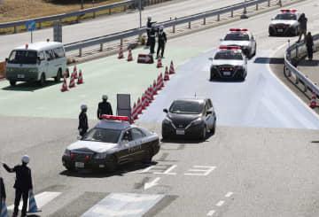 G20外相会合に向けた愛知県警の要人警護訓練で、中部空港近くの道路を通行する車列=9日午前、愛知県常滑市
