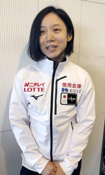 スピードスケートW杯への出発を前に取材に応じる高木美帆=9日、成田空港