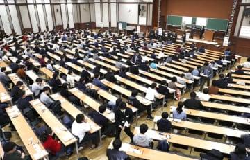 大学入試センター試験に臨む受験生=2019年1月、東京・本郷の東京大学