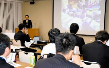 県内外の自治体が業務効率化に向けた取り組みを発表した事例研究会=8日午後、松山市三番町5丁目