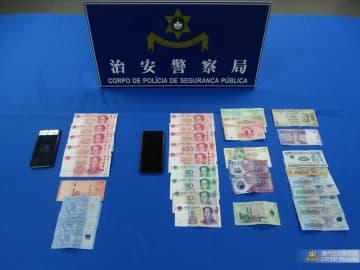 被疑者2人の所持品の中から見つかった各種通貨の現金(写真:マカオ治安警察局)