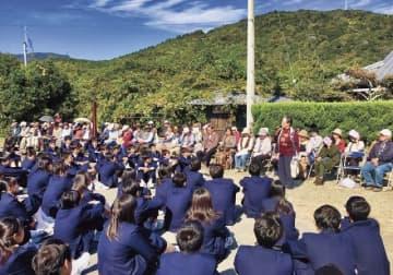 離村式で、関西大学第一中学校の生徒に感想を尋ねる地元住民(奥)=8日、和歌山県白浜町矢田で
