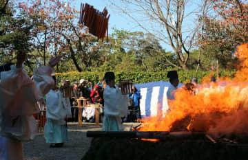 燃え盛る火に火焚串がくべられた火焚祭(京都市伏見区・伏見稲荷大社)