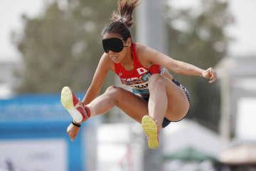 女子走り幅跳び(視覚障害)で4位に入り、東京パラリンピック代表に内定した高田千明=ドバイ(共同)