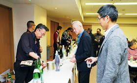 好みの日本酒を楽しむ参加者