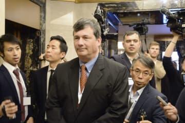 8日、モスクワで開催された国際会議に出席し、記者団に囲まれる米国務省のランバート北朝鮮担当特使(中央)(共同)
