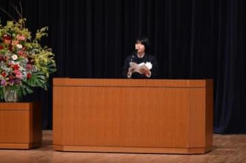 生徒を代表し「卒業後も発展、活躍を見守っていく」と誓った吉野茜さん