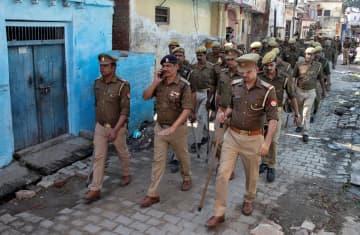 インドの聖地アヨドヤを巡る最高裁判断後、路地をパトロールする警察官たち=9日(ロイター=共同)