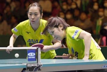 女子準決勝 韓国戦の1試合目でプレーする石川(左)、平野組=東京体育館