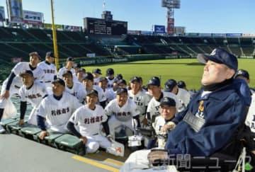 「マスターズ甲子園2019」で、記念写真に納まる利根商業高とPL学園高のOBら=9日、甲子園球場