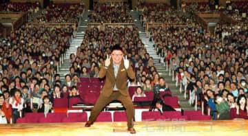 聴衆と一緒に記念写真に納まる生島さん