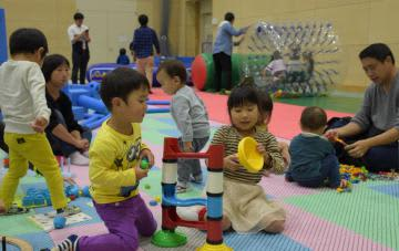 日立市産業祭の会場に設けられた屋内型子どもの遊び場「出張ハレニコ!」で夢中になって遊ぶ子どもたち=同市東成沢町