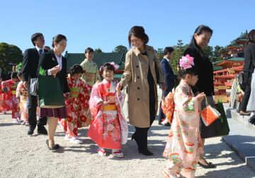 華やかな着物姿で参拝に向かう子どもたち(京都市左京区・平安神宮)