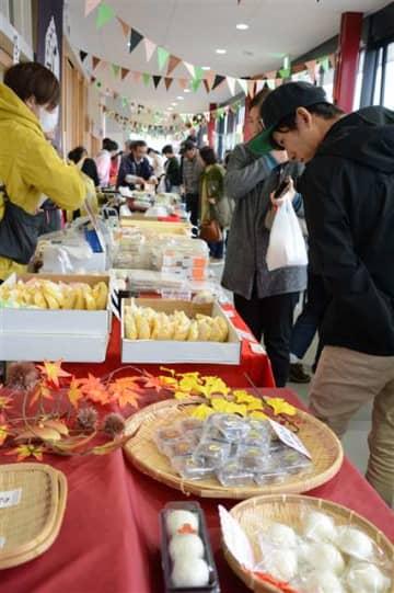 県内外のまんじゅう約50種が販売されている博覧会