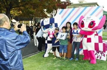 愛媛大の学生祭に登場した東京五輪・パラリンピックのキャラクターとの記念撮影会=9日午後、松山市文京町