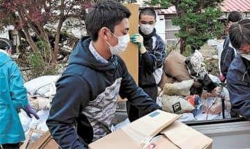 災害ごみの搬出を手伝う岩ケ崎高、築館高の野球部員