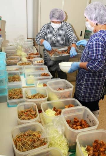 農家を手助けする共同炊事が始まり、おかずを配膳していく調理員たち