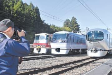 初めて3本並べて展示された歴代特急電車=9日午前11時5分ごろ、横瀬町横瀬の横瀬車両基地