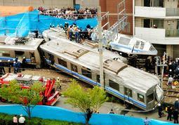 脱線してマンションに激突し、大破した車両=2005年4月25日、尼崎市久々知3