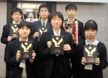 優勝した男子の(後列右から)杉田さん、新堀さん、半田さんと、準優勝した女子の(前列右から)佐藤さん、本田さん、小林さん