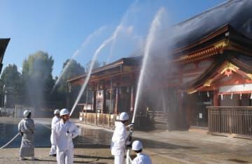 八坂神社で行われた合同消防訓練で、本殿に放水する自衛消防隊のメンバーら(京都市東山区)