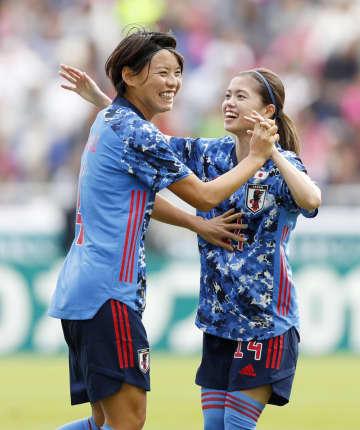 日本―南アフリカ 前半、先制ゴールを決め、長谷川(右)と喜ぶ熊谷=ミクニワールドスタジアム北九州
