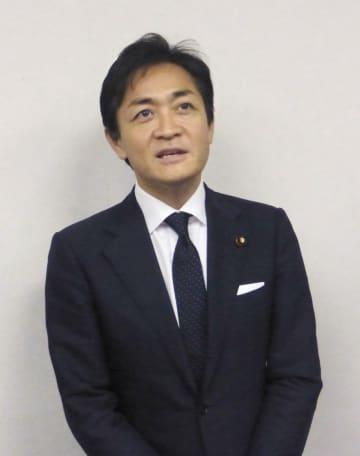 記者団の取材に応じる国民民主党の玉木代表=10日、岐阜県大垣市