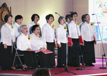 発足15周年を記念したコンサートを開いた「被爆者歌う会ひまわり」の会員たち=10日午後、長崎市