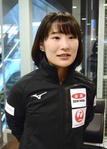 カーリングのパシフィック・アジア選手権を終えて帰国し、取材に応じる中嶋星奈=10日、羽田空港