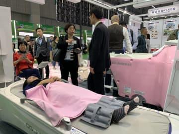 並んでも体験したい 輸入博で日本の医療機器が人気