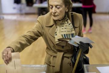 10日、スペイン中部で投票する女性(AP=共同)