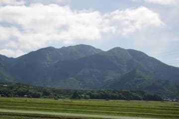 【資料写真】鈴鹿山系の綿向山(滋賀県日野町から撮影)
