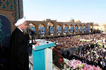 10日、イラン中部ヤズドで演説するロウハニ大統領(イラン大統領府提供、ロイター=共同)