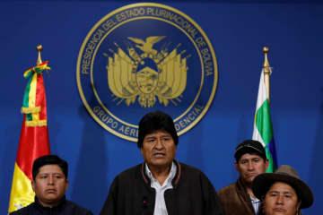 ボリビアのエルアルトで演説するモラレス大統領(中央)=10日(ロイター=共同)