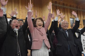 初当選が決まり、支援者と万歳する安藤真理子氏(中央)=10日午後8時半、土浦市下高津