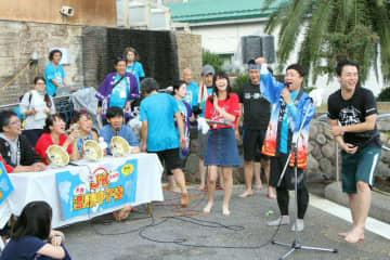 おんせんクイズ大会で盛り上がる高校生たち=10日、別府市の北浜温泉テルマス
