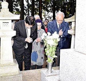 斗南藩追悼之碑で先人の霊を追悼する室井市長(左)ら