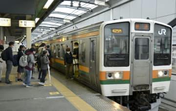 JR両毛線が全面的に運行を再開し、栃木駅に到着した電車=11日午前、栃木県栃木市