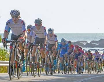 海を背にペダルを踏み込む男子チャンピオンレースの選手たち=10日午前、国頭村楚洲(国吉聡志撮影)