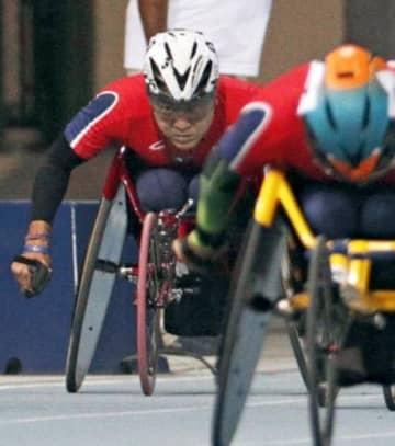 男子400メートル(車いす)決勝 力走する4位の上与那原寛和(左奥)。右手前は優勝した佐藤友祈。共に東京パラリンピック代表に内定した=ドバイ
