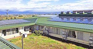 グリーンケアハイツの屋根に設置された太陽光発電のパネル