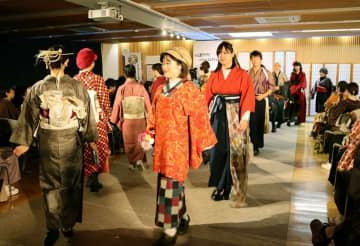 思い思いの着こなしを市民が披露したファッションショー(京都市上京区・区総合庁舎)