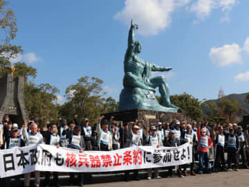約80人が参加した反核9の日座り込み=長崎市、平和公園