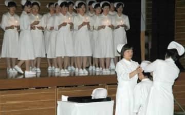 【資料写真】ナースキャップをかぶせてもらう女子学生(滋賀県栗東市・滋賀県済生会看護専門学校)