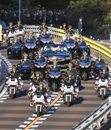 即位パレードの車列