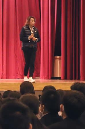 目標を持つことの大切さをテーマに語るサッカー元日本代表の北沢豪さん=6日、出雲崎町民体育館