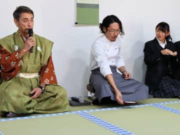 クリス・ペプラーさん(左)を「城主」とした現代大茶会 (京都府福知山市・福知山城銅門番所)