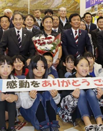 福岡県庁で行われた感謝状贈呈式で、地元の小学生らと記念撮影するラグビーW杯日本代表の流大選手(上中央)。右隣は小川洋知事=11日午後