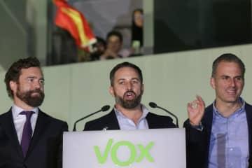 支持者の前に姿を見せる極右政党ボックス(VOX)の指導者=10日、マドリード(AP=共同)